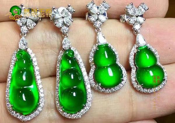 缅甸后江原石毛料:糯冰种水阳绿色豆子耳钉18K金豪镶嵌