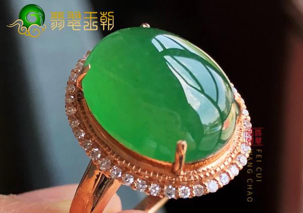 原石皮壳特征:会卡三色晴底冰种料翡翠戒指通透特征表现