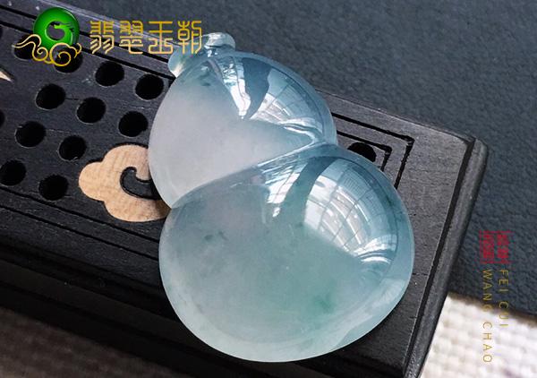 缅甸原石毛料:冰种晴底翡翠葫芦吊坠飘蓝花通透圆润见色