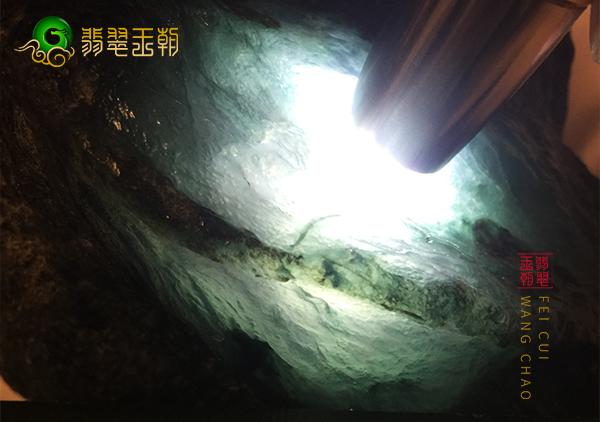 原石直播:大马坎场口翡翠半山半水石料打灯肉质通透饱满