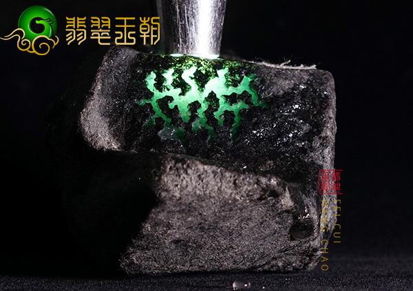 原石鉴赏:莫西沙场口原石松花色料皮壳打灯鲜艳肉质细腻