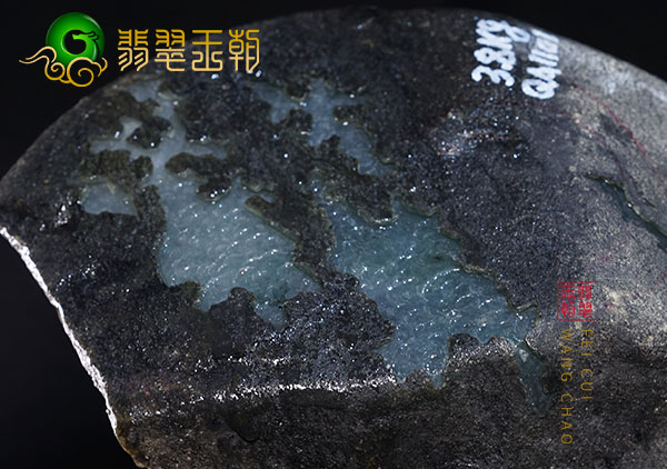 缅甸莫西沙场口翡翠原石种水料打灯表现为通透胶感十足