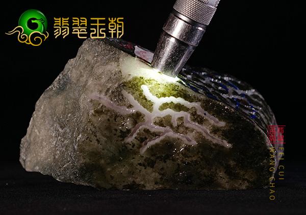 南齐翡翠原石:糯种紫罗兰茄子脱沙料皮壳特点表现带白雾