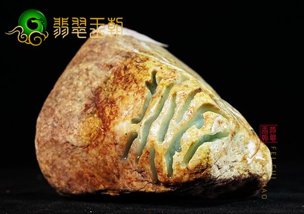 木那翡翠原石:杨梅皮糯种脱沙料打灯有白肉红雾特征表现