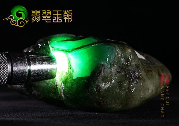 莫西沙翡翠原石:糯冰种挂件种水料打灯特点表现有色起光