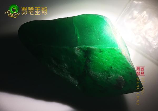 皮壳表现:木那原石色料皮壳打灯颜色鲜艳细腻种水好表现