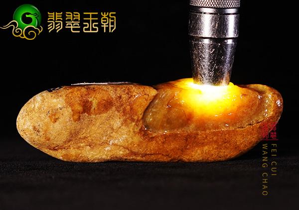 缅甸翡翠赌石:大马坎原石场口水石料皮壳打灯全身有黄雾