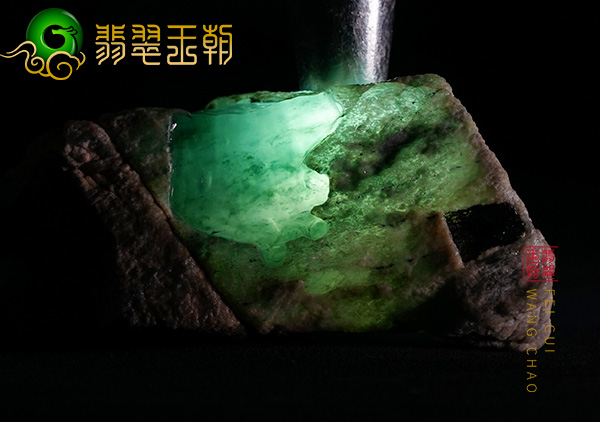 缅甸翡翠赌石:会卡场口蟒带原石色料开窗处有裂现阳绿色