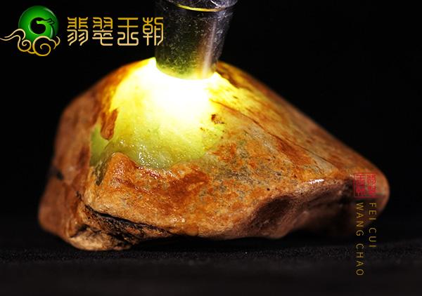 缅甸翡翠赌石:大马砍场口黄加绿原石色料打灯全身有表现