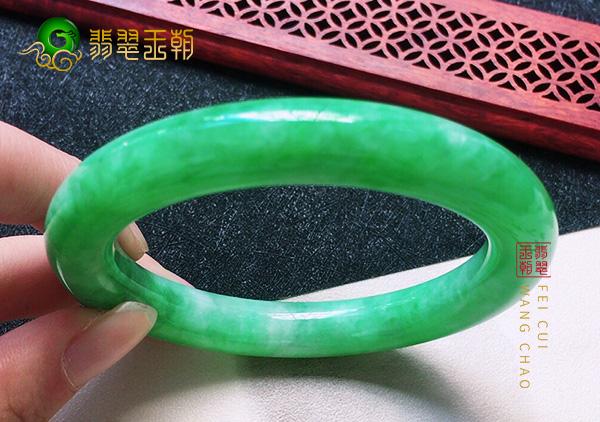 莫西沙翡翠原石:糯冰种阳绿翡翠满色圆条玉手镯色正色浓