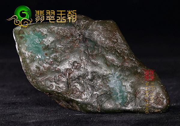 原石直播讲解莫西沙原石色料蜡绿色皮壳全身大面积脱砂