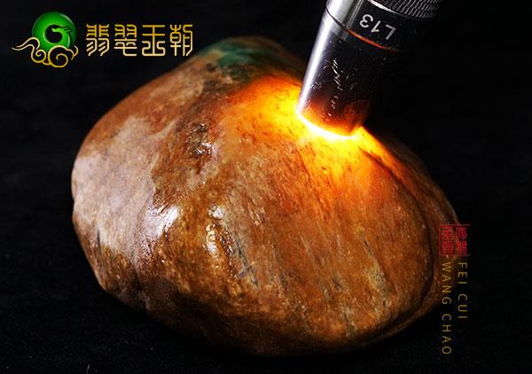 皮壳表现:大马砍场口原石色料皮壳压灯局部可见种水表现