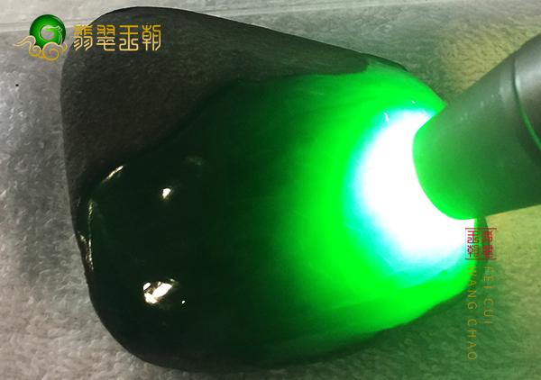 皮壳表现:缅甸会卡场口原石色料皮壳打灯有色感特征表现