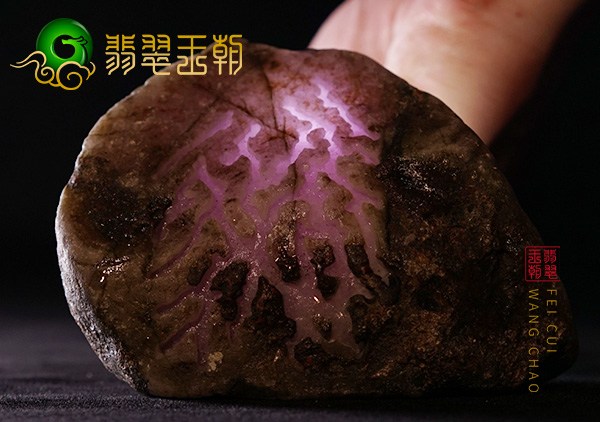 翡翠原石直播讲解木那场口紫罗兰色料打灯通透有种有水
