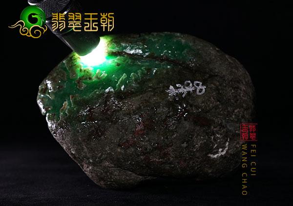 翡翠原石直播讲解莫西沙原石阳绿色料皮壳打灯蟒带色浓