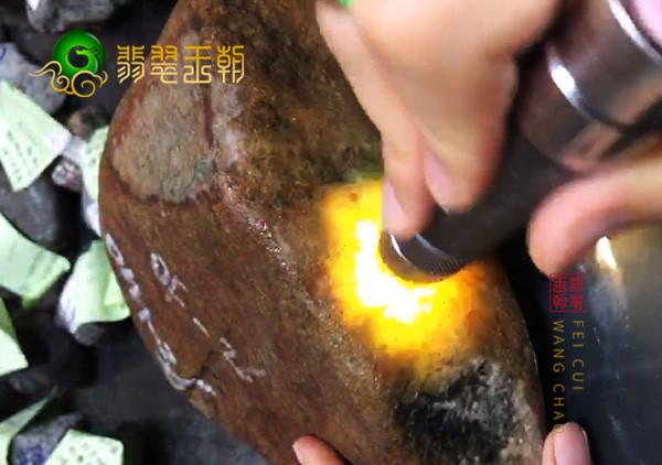 翡翠原石鉴赏:缅甸大马砍黄加蓝原石色料皮壳压灯有雾色