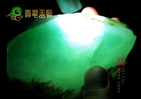 翡翠原石鉴赏:缅甸会卡场口原石色料皮壳压灯内伸色表现