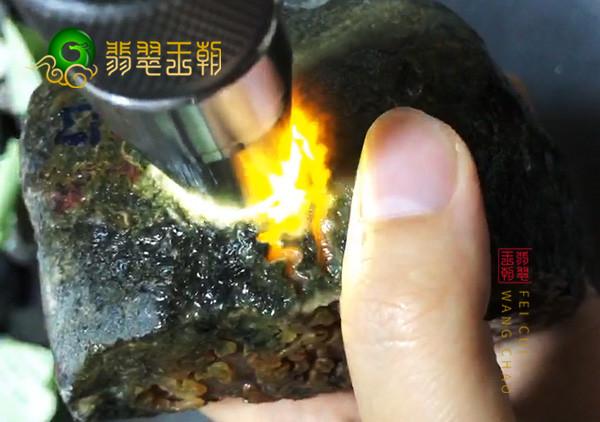 翡翠原石鉴赏:缅甸大马砍场口原石色料打灯脱纱肉细发黑