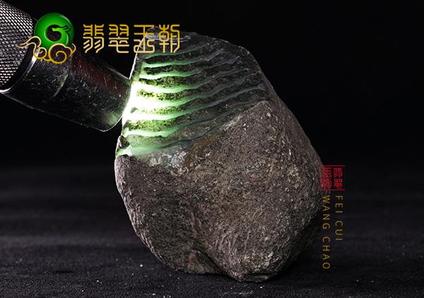 翡翠赌石:缅甸南齐场口淡蓝绿底种水料打灯色浓搏小把件