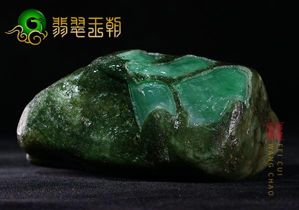 原石场口:缅甸莫湾基场口黑皮原石色料打灯周身有浓绿色