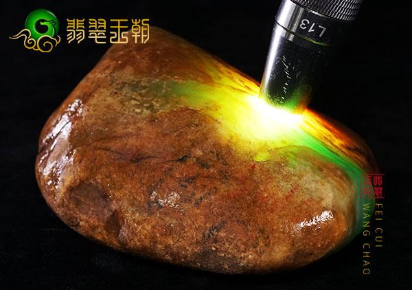原石场口:缅甸大马砍场口黄加绿色料打灯色浓两块断口料
