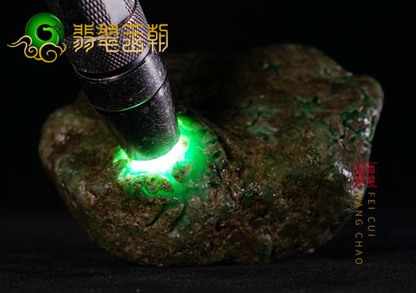 翡翠原石鉴赏:莫湾基场口原石色料皮壳打灯有色种水表现