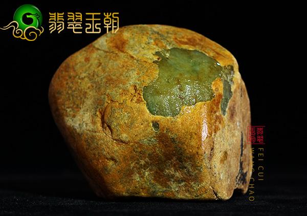 翡翠原石鉴赏:大马砍场口黄加绿原石摆皮壳压灯全身有色