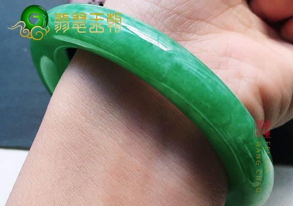 翡翠原石鉴别:大马坎糯冰种辣绿翡翠圆条玉手镯满圈通透