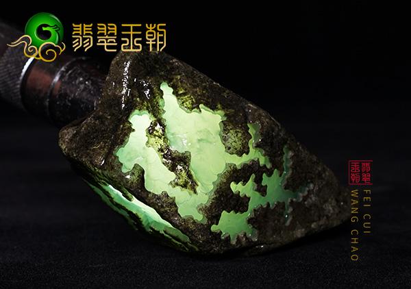 莫莫亮场口翡翠原石料子带黄雾有结晶体表现