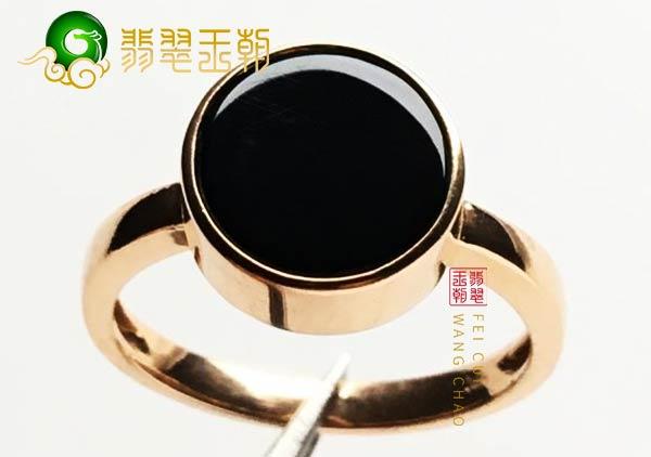 缅甸格应角翡翠原石场口圆形戒指18k金镶嵌打灯表现