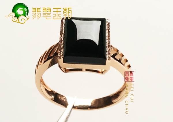 缅甸格应角翡翠原石场口墨翠戒指镶嵌18k金打灯表现