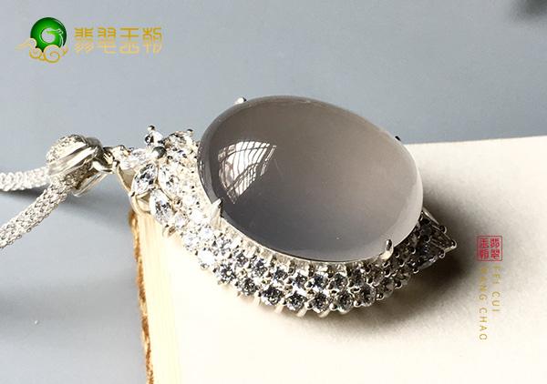 缅甸格应角翡翠原石场口冰种翡翠戒面镶嵌表现特征