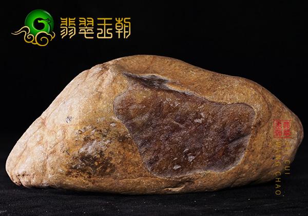 翡翠赌石:缅甸大马坎场口黄加绿色料皮壳打灯色浓搏雕件