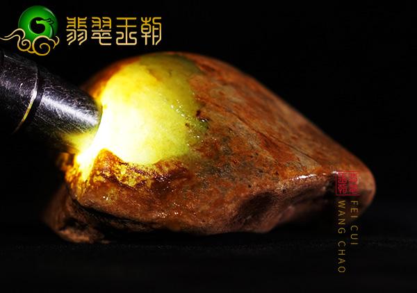 皮壳表现:缅甸大马砍场口黄翡种水料皮壳打灯有满肉表现