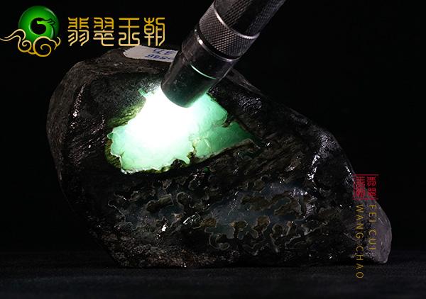 翡翠原石直播讲解莫西沙场口种水料皮壳打灯水头长有冰渣