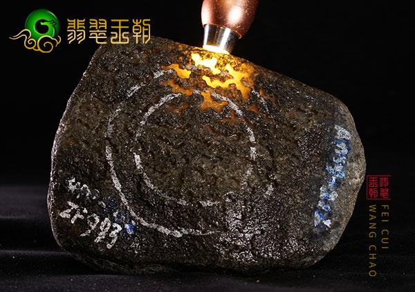 翡翠原石直播讲解莫西沙场口老象黑皮原石种水料打灯有种