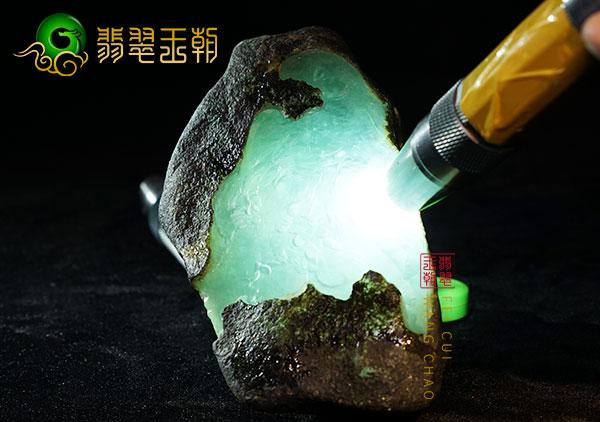 翡翠原石鉴赏:会卡场口晴底挂件牌子料压灯水长皮壳起油