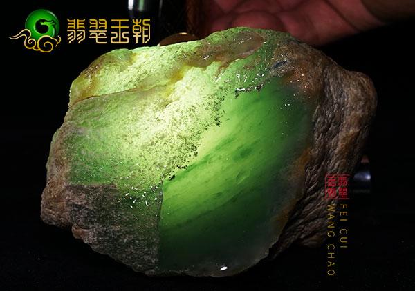 翡翠原石鉴赏:会卡场口断口小料再生皮壳种老肉细起荧光