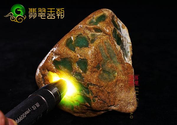 翡翠原石鉴赏:大马坎场口色料开窗处皮薄肉细黄加绿色料