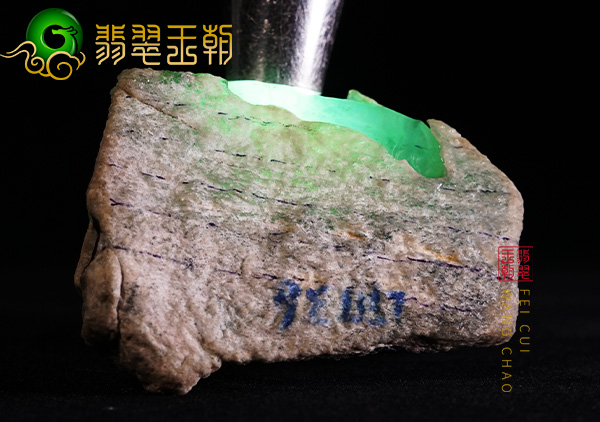 翡翠原石场口:缅甸后江翡翠原石场口种水料肉质通透水长带淡底色
