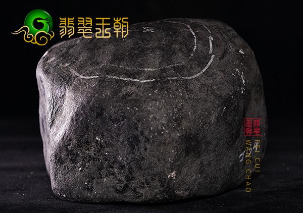 翡翠原石场口:缅甸莫湾格列场口老蜡皮翡翠原石打灯泛荧光肉发黑