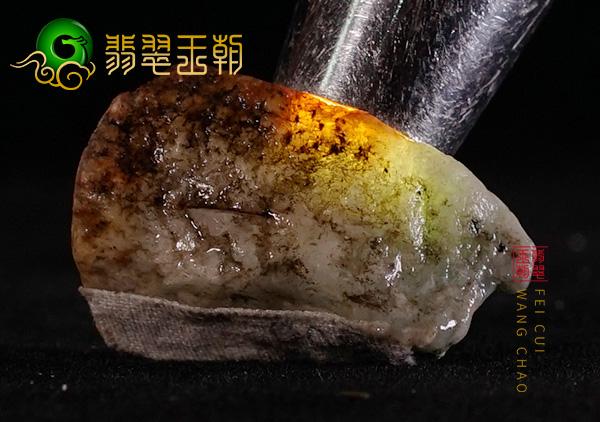 翡翠原石场口:缅甸木那场口翡翠原石黄雾层下肉化开断口处有种水