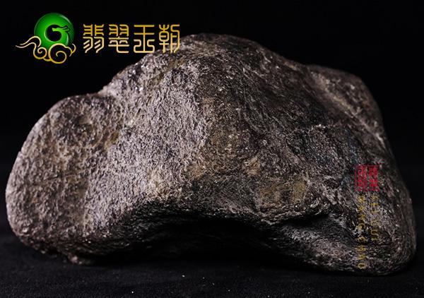 翡翠原石场口:缅甸莫湾基场口翡翠原石皮壳起油压灯黄雾带晴底色