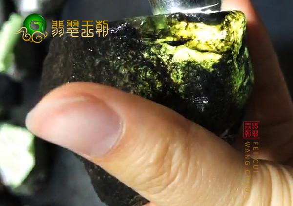 翡翠原石料子:缅甸莫湾基场口原石料子黑色皮壳打灯水好起油表现