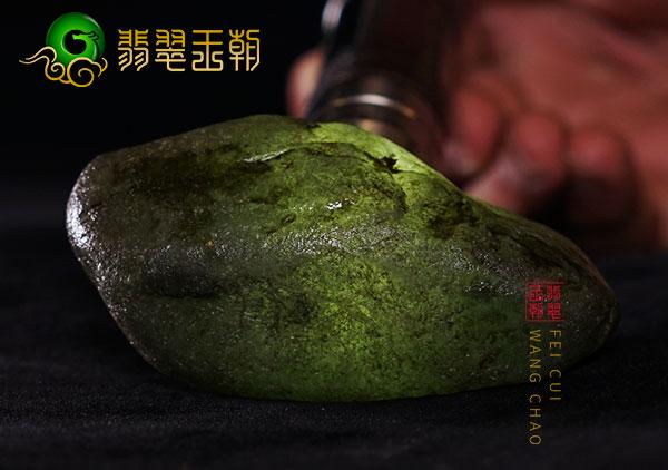 翡翠原石料子:缅甸木那场口原石料子皮壳透色打灯雾层有泛白表现