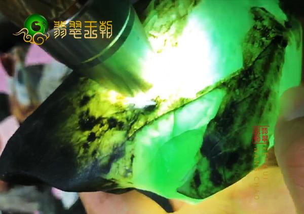 翡翠原石料子:缅甸后江场口原石料子皮壳打灯肉细起荧光胶感表现