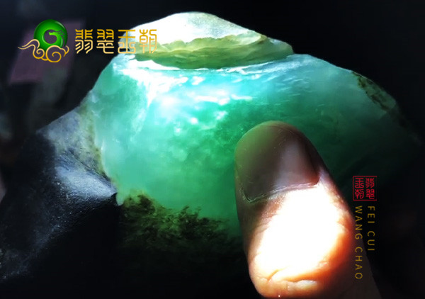 翡翠原石料子:缅甸后江场口原石小料皮壳怪奇特打灯色正色阳表现