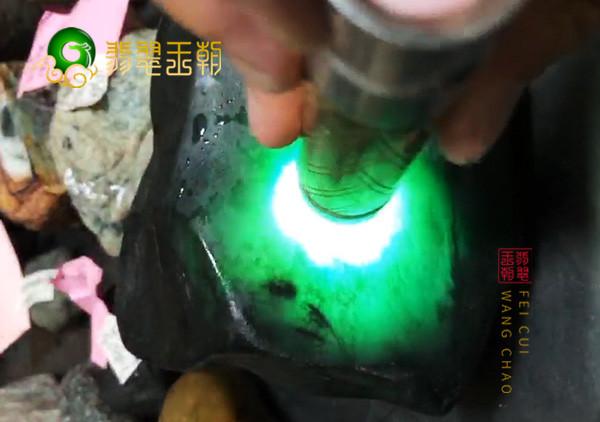 翡翠原石料子:缅甸后江场口原石小料皮壳压灯通透冰味足色正表现