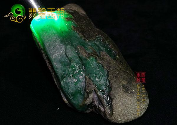 原石皮壳表现:缅甸木那场口墨翠原石料皮壳脱砂乌黑发亮起油表现
