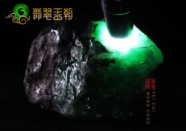 翡翠原石鉴赏:缅甸莫湾基场口原石开窗料皮壳满色表现阳绿色正浓